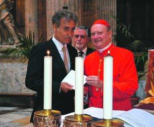 Pedro Cano con el cardenal Ravasi, en el momento de recibir el título, ayer en el Panteón